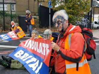 Klimaatbetogers blokkeren drukke wegen in Londen, boze voorbijganger spuit blauwe inkt in hun gezicht