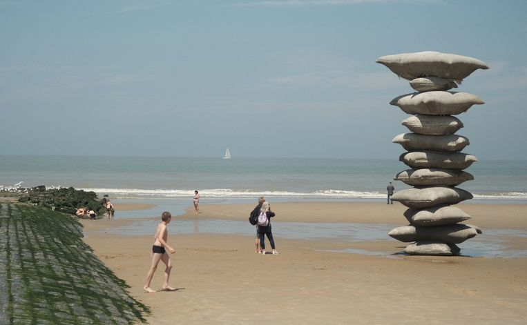 Rosa Barba: Pillage of the sea (2021), op het strand van Oostende.  Beeld Stefan Kuiper