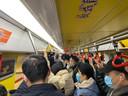 In hun woonplaats Suzhou lijkt het coronavirus ver weg. Barretjes en restaurants zitten vol. Mensen dragen wel mondkapjes, maar afstand wordt er niet gehouden.