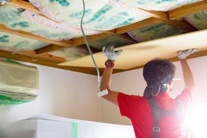 Isolatie plaatsen van een plafond. Sinds juli 2018 is het onder regelgeving mogelijk om onbelast bij te klussen.