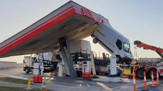 Een vrachtwagenchauffeur in Frankrijk maakte een grote inschattingsfout en trok het dak van een tankstation omver.