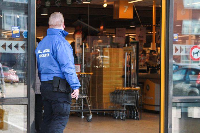 Beveiligers bij de ingang van de supermarkt, het zal een vertrouwd beeld worden verwachten beveiligingsbedrijven.