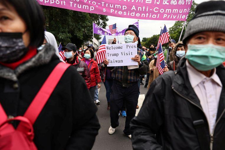Betogers voor Taiwanese onafhankelijkheid laten hun steun voor Donald Trump zien. Beeld REUTERS