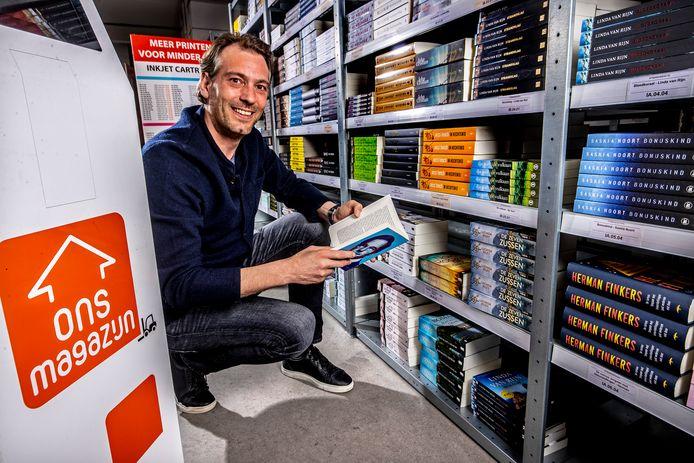Bob Bisschops, initiatiefnemer van Ons Magazijn, checkt zijn voorraad in Nieuw-Vennep.