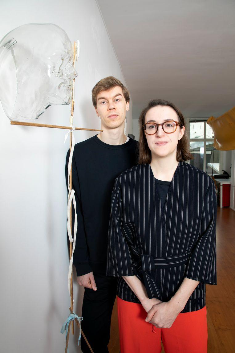 Nick Terra en Julia Mullié bij het werk 'Headless' van Win McCarthy. Beeld Judith Jockel