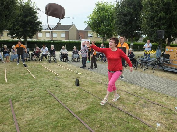 Georgette legt lat onmiddellijk hoog. Haar handtas vloog tot 8,39 meter ver.