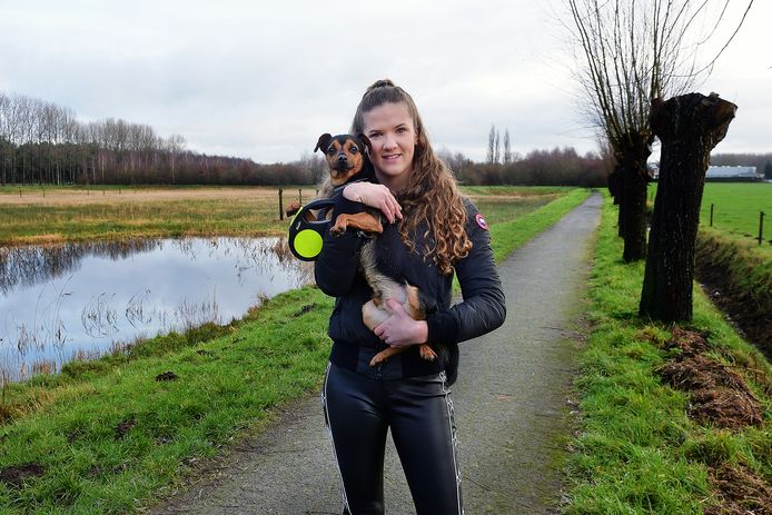 Vera Claassens met hond Kenzo aan het begin van Molenbeekpad in Roosendaal