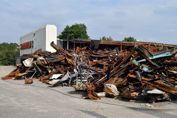 Sinds de brand, bijna twee maanden geleden, is het een ravage op het terrein aan de Richelleweg.