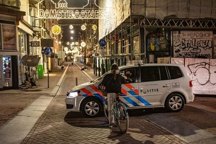 De straten waren afgelopen drie maanden tijdens de avondklok zo goed als leeg, maar toch gingen er tienduizenden overtreders op de bon, zoals hier in Amsterdam.