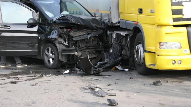Veel schade maar geen gewonden bij ongeluk op kruising in Nijverdal