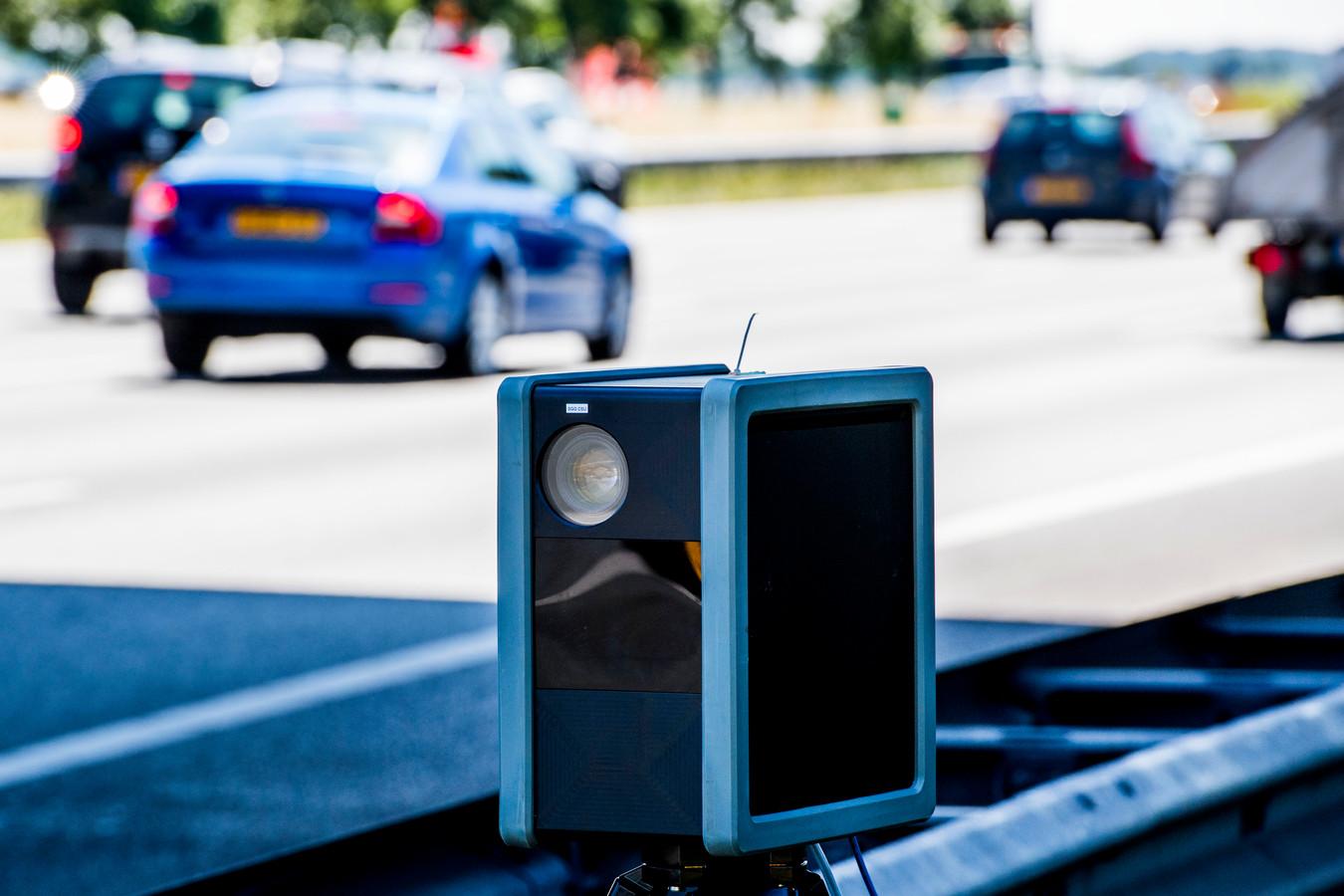 Het aantal geconstateerde verkeersovertredingen met behulp van een flitspaal is vorig jaar licht gestegen.