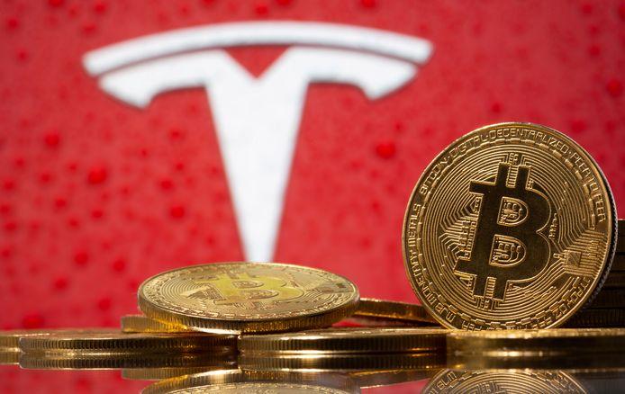 Het logo van Tesla en een visualisatie van de digitale munt bitcoin.