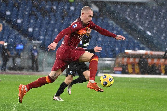 Rick Karsdorp op 3 januari in de stromende regen in Stadio Olimpico in actie tegen Cagliari.