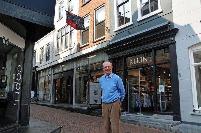 Jop Steenhof de Jong bij het pand waar Krijn de Feijter woonde. De Feijter was eigenaar van een fotowinkel én NSB-er. Zijn dagboek is één van de bronnen die Steenhof de Jong in zijn boek gebruikt