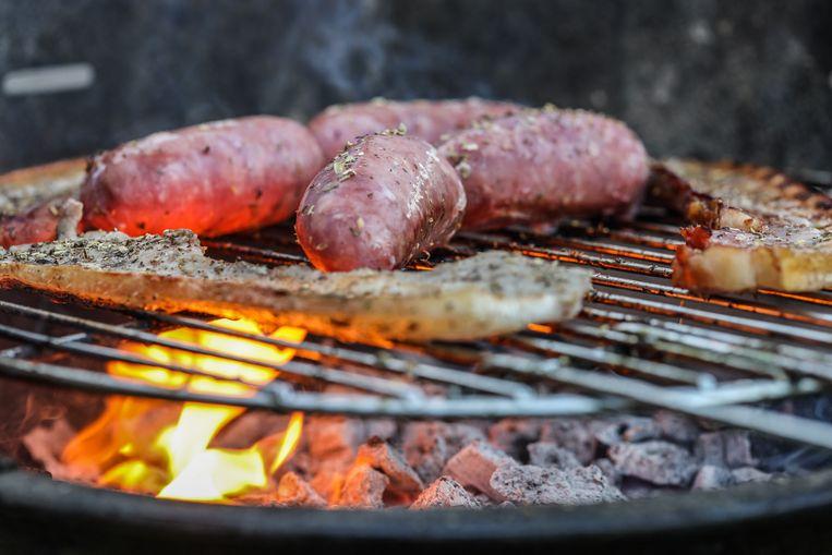 Vlees op de barbecue.  Beeld Photo News