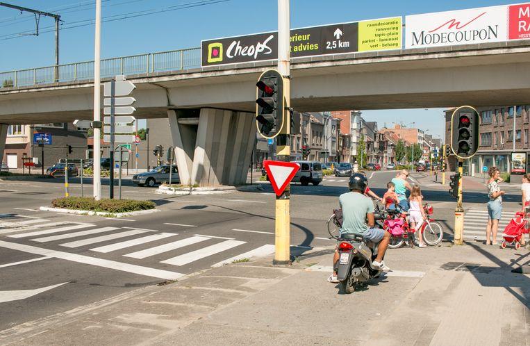 Op het kruispunt van de Plezantstraat met de Spoorweglaan wordt vanaf maandag een nieuwe fietsoversteekplaats richting Westerstraat ingericht.