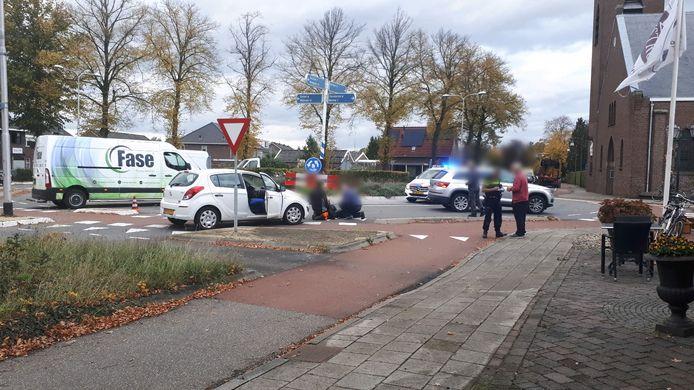 Op de Lohuisstraat in Bornerbroek zijn een auto en een fietser woensdagmiddag met elkaar in botsing geraakt.