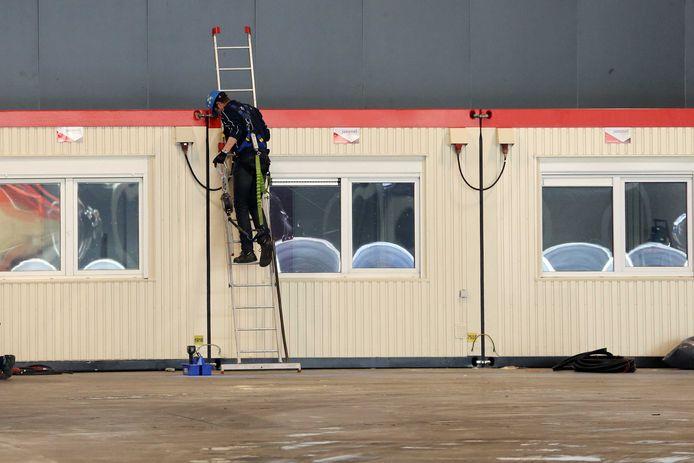 Bedden en andere apparatuur worden de Ahoy in Rotterdam binnengebracht. De evenementenlocatie waar het Eurovisiesongfestival normaal zou plaatsvinden, wordt een extra voorziening voor patienten die wel zorg nodig hebben maar niet naar het ziekenhuis hoeven.