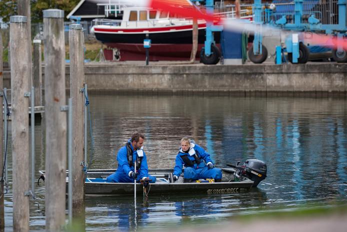 Aanvullend onderzoek in de Nieuwe Buitenhaven in Kampen op de plek waar medio oktober vervuiling is aangetroffen tijdens baggerwerkzaamheden.Op de foto zijn specialisten aan het werk om monsters van de waterbodem te nemen.
