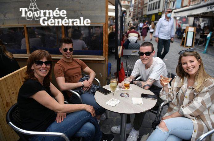 Moederdag werd ook op de Oude Markt gevierd. Leuven kan terugblikken op een geslaagd weekend met veel herwonnen vreugde dankzij de heropening van de terrassen in de horeca.