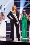 Een subtiel decolleté, meer toonde Miss Germany niet tijdens de verkiezingsavond.