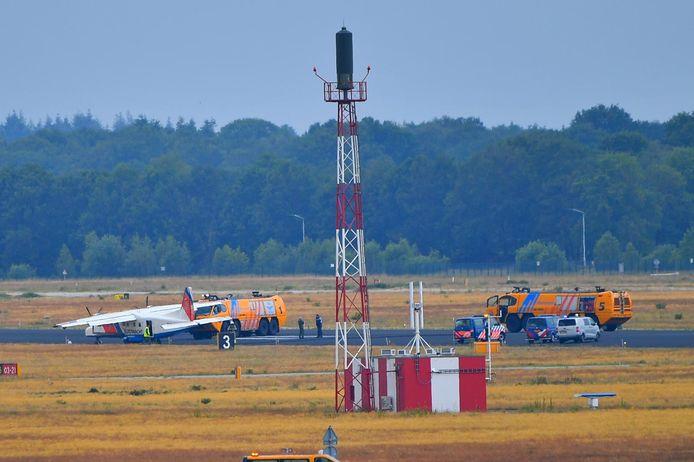Klapband voor toestel kustwacht op Eindhoven Airport.