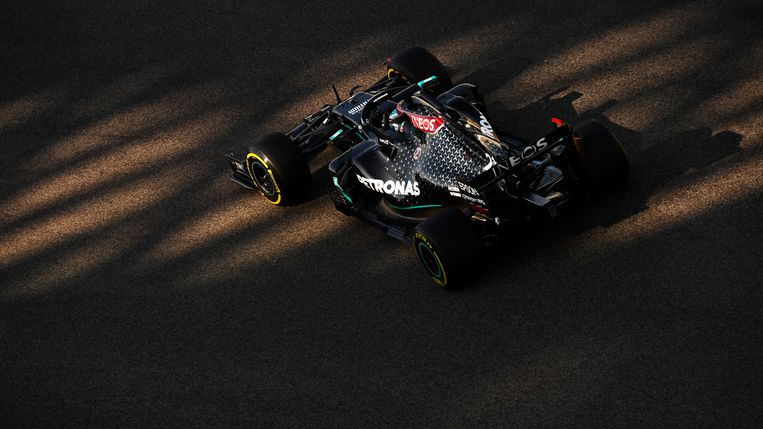 Nyck de Vries in de auto van Mercedes op het circuit van Abu Dhabi. Beeld Formula 1 via Getty Images