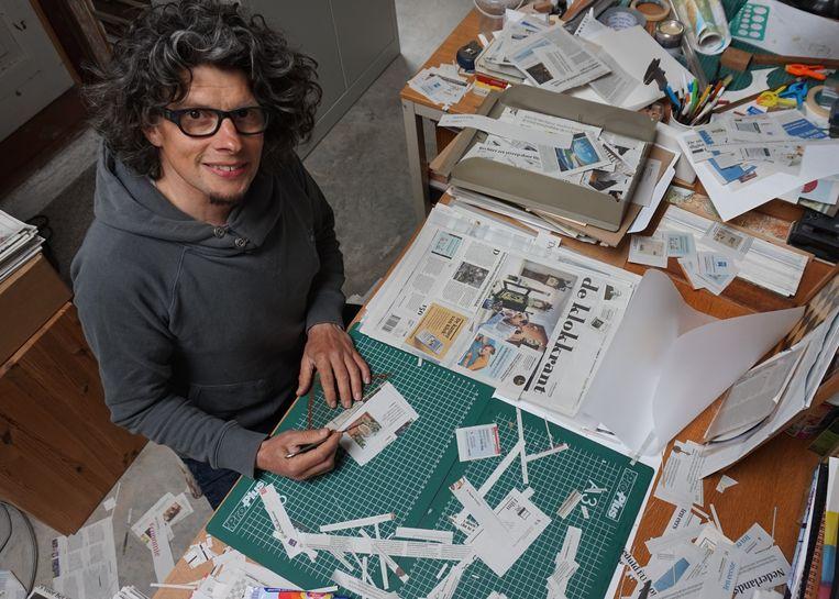 Kunstenaar en Volkskrantlezer Erik van Maarschalkerwaard aan het werk voor zijn 'filterbubblepapers' Beeld Erik van Maarschalkerwaard