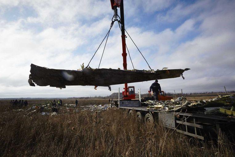 Wrakstukken van de MH17 worden opgetakeld en geborgen. Beeld anp