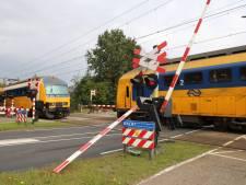 Vrachtwagen rijdt slagboom stuk bij spoorwegovergang in Nijkerk