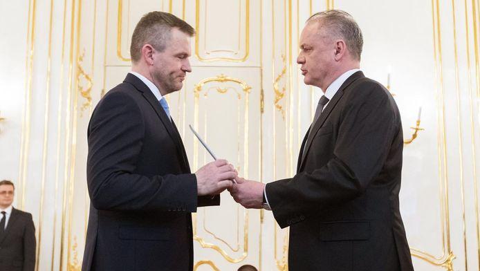 Peter Pellegrini, à gauche, reçoit un mandat du président Andrej Kiska.