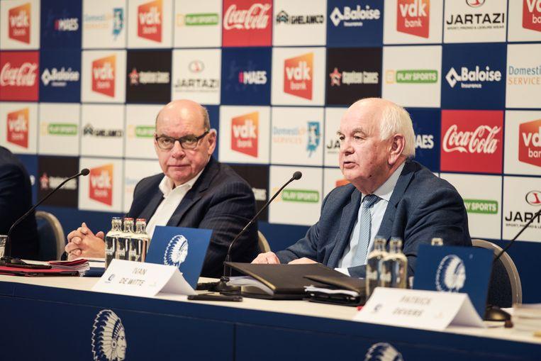 Daniël Termont (sp.a) en Ivan De Witte (KAA Gent) op de persconferentie over het boek 'De illegale Ghelamco Arena'. Beeld Damon De Backer