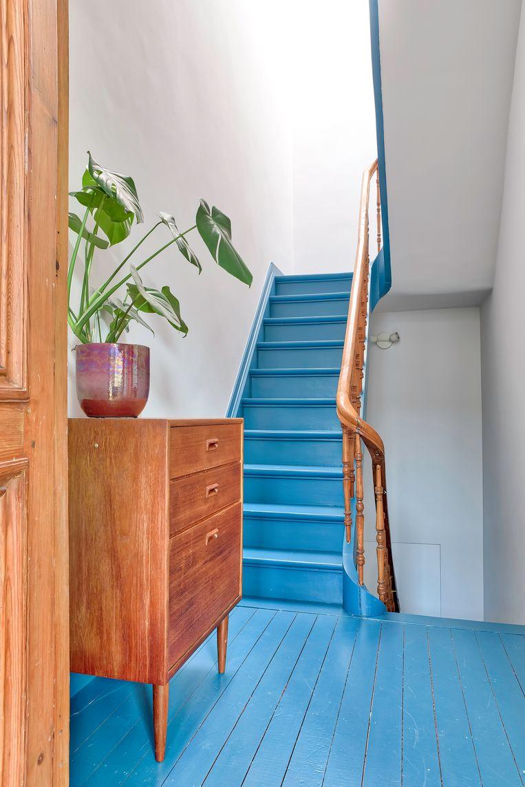 Zowat het hele huis werd verbouwd.De houten vloeren mochten blijven, al kregen ze hier en daar wel een opvallende kleur.  Beeld Henny Van Belcom