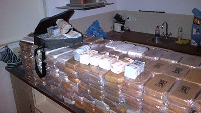 De politie vond maandag een enorme partij harddrugs in een woning aan de Wijnbrugstraat in Rotterdam.