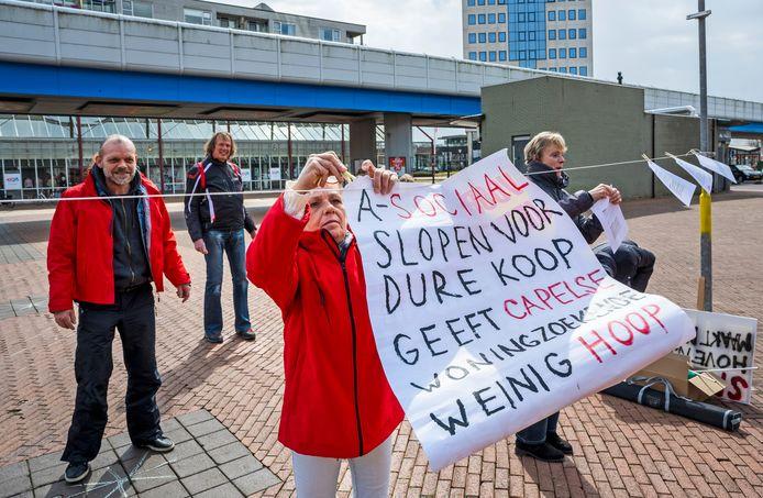 Een klein protest vandaag op het stadsplein in Capelle aan den IJssel, tegen de sloop van de Hoven, en voor meer betaalbare woningen. Foto: Frank de Roo