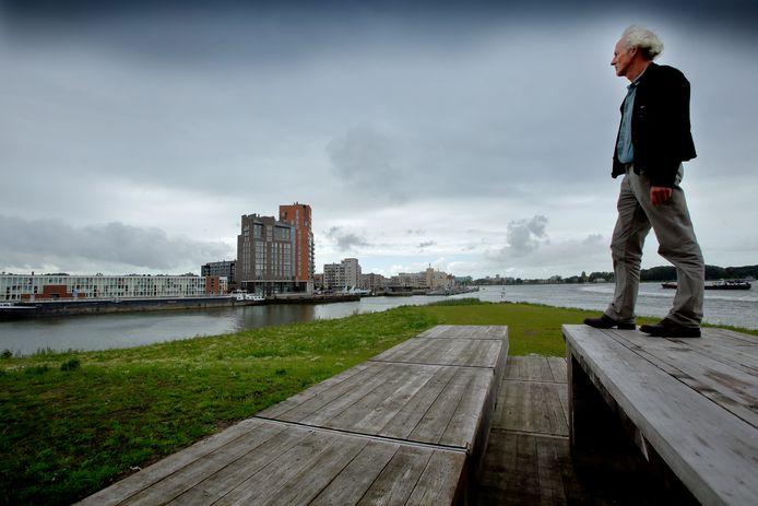 Kunstenaar Gerhard Lentink op de punt van gebied Stadwerven waar zijn kunstwerk moet komen.