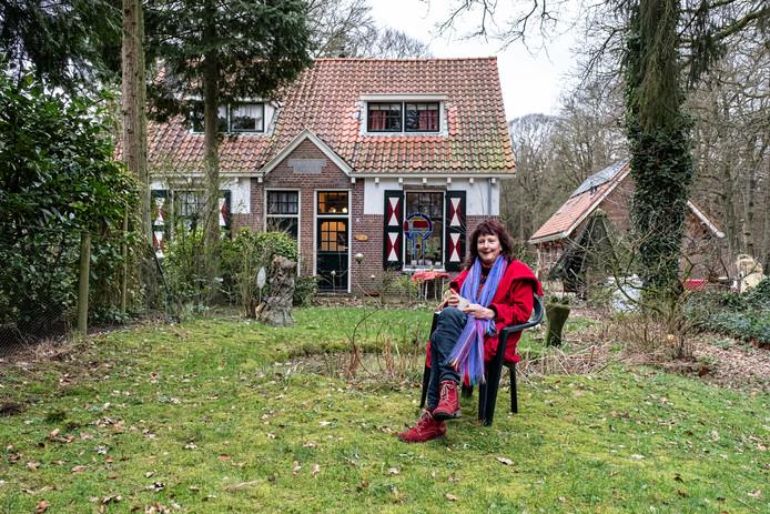 Jeannette Groenewoud in de tuin van haar droomhuisje in Lage Vuursche. ,,Hier wil ik doodgaan.''