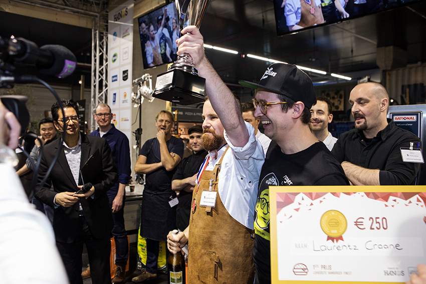 Laurentz Craane van Iveau Burgers & Wijnbar in Arnhem viert het behalen van de titel Lekkerste Hamburger van Nederland.