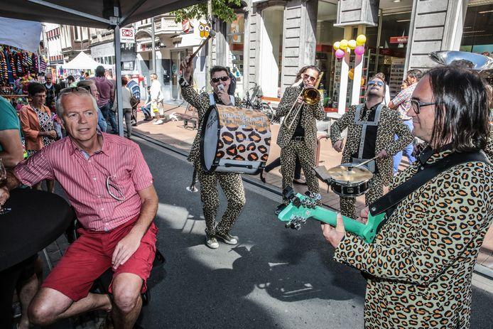 Geen Batjes in Izegem dit jaar, met duizenden bezoekers in de centrumstraten. Wel een coronaproof koopjesvierdaagse.