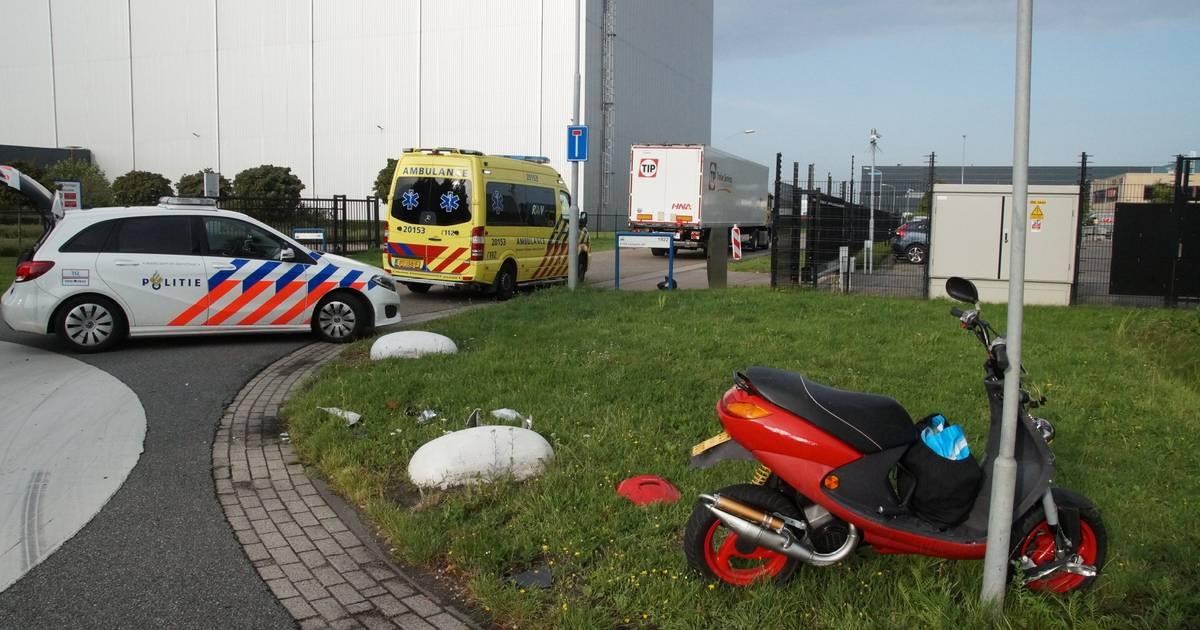 Man glijdt onder vrachtwagen door na botsing in Waalwijk.
