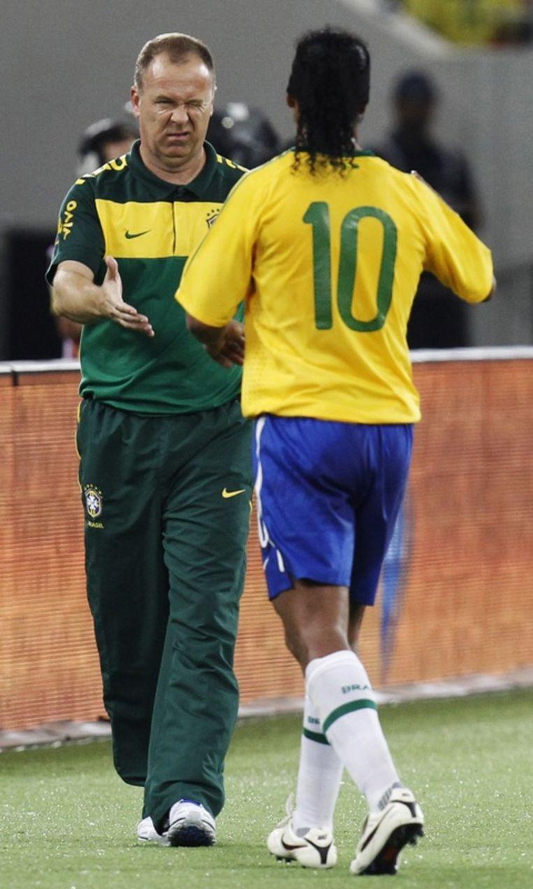 Mario Menezes geeft Ronaldinho opnieuw het vertrouwen. Beeld REUTERS