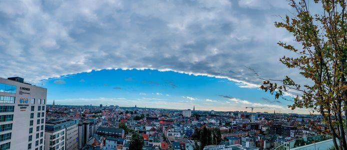 L'impressionnante frontière entre un front de nuages et un ciel bleu au-dessus d'Anvers.