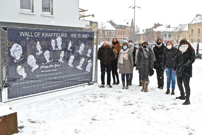 Een deel van de kappers en kapsters trotseerden de sneeuwbuien voor een fotomoment. Uiterst rechts staat Sharon Braye.
