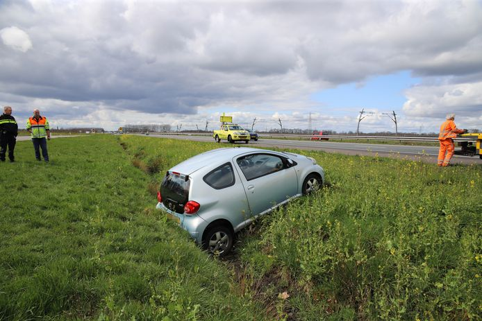 De auto in de sloot naast de A15 bij Andelst.