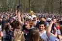 """De boxen gaan op maximaal volume, honderden jongeren beginnen te dansen, bekertjes bier vliegen de lucht in. """"La Bouuuuum!"""""""