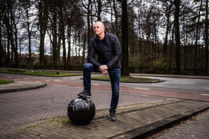 """Johan Zeven bij het monument van Vitesse op de 'heilige grond' van Monnikenhuizen. ,,Veel uitgedeeld, maar ook meer dan genoeg geïncasseerd."""""""