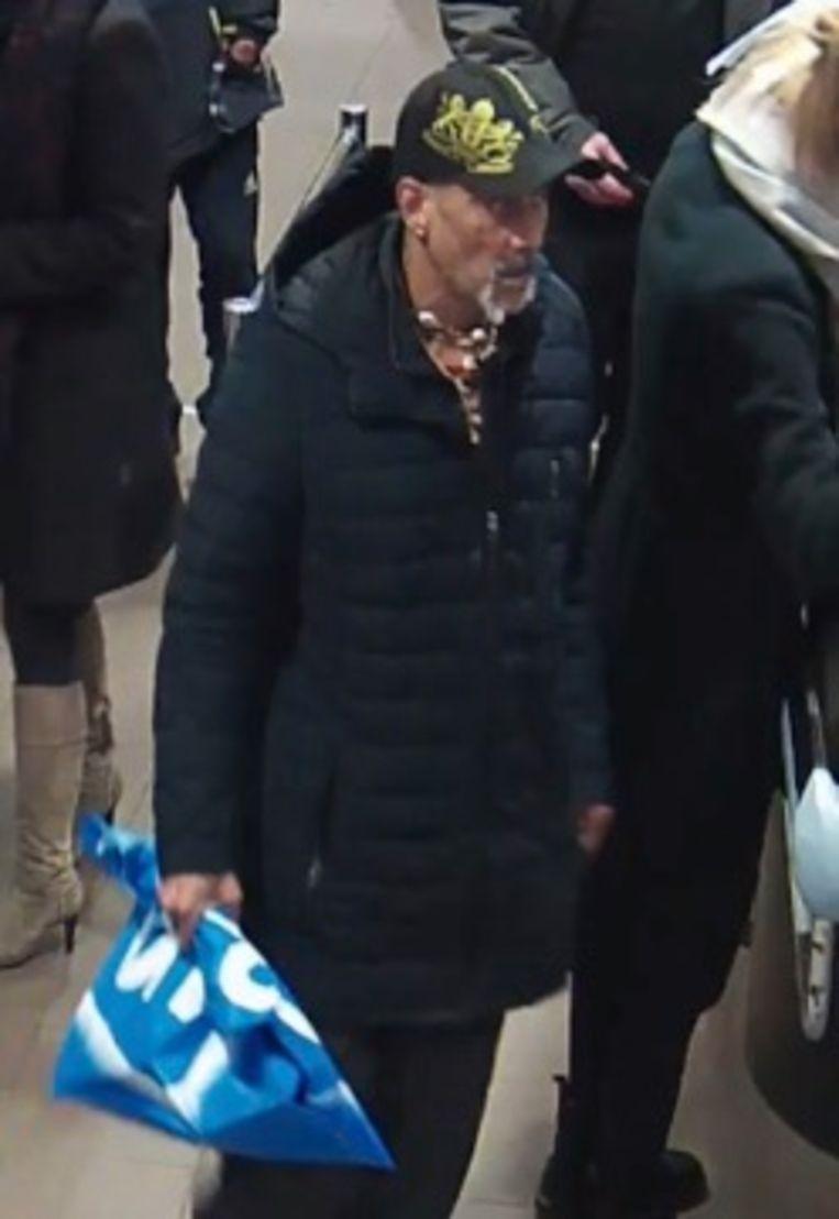 De man op videobeelden van de beveiligingscamera in de supermarkt. Beeld Politie Amsterdam