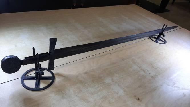 Archeoloog Roosje vond een puntgaaf zwaard uit de middeleeuwen (118 cm): 'Deze vondst is zo zeldzaam'
