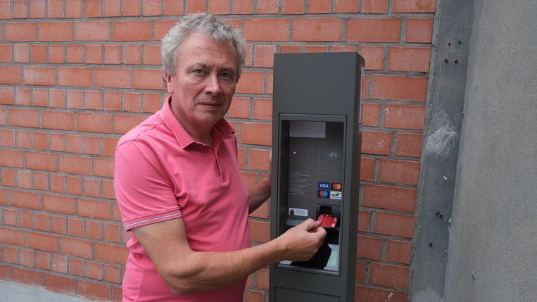 Jean-Paul Vandewinckele bij een van de nieuwe automaten, die al een tijdje proefdraait op de parking van Parko.