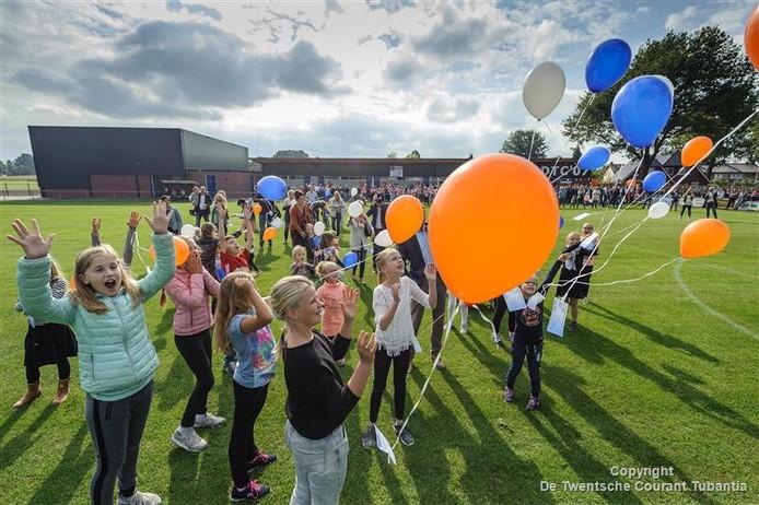 Om de opening te vieren werden kleurrijke ballonnen opgelaten